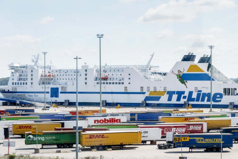 Die Schweden-Fähre Peter Pan liegt am Skandinavien-Fährterminal. Sie wird jetzt erstmal untersucht.