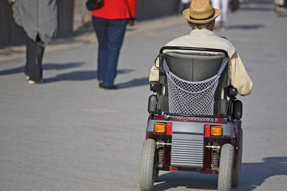 Im E-Rollstuhl zum Geschenkekaufen (Symbolbild).
