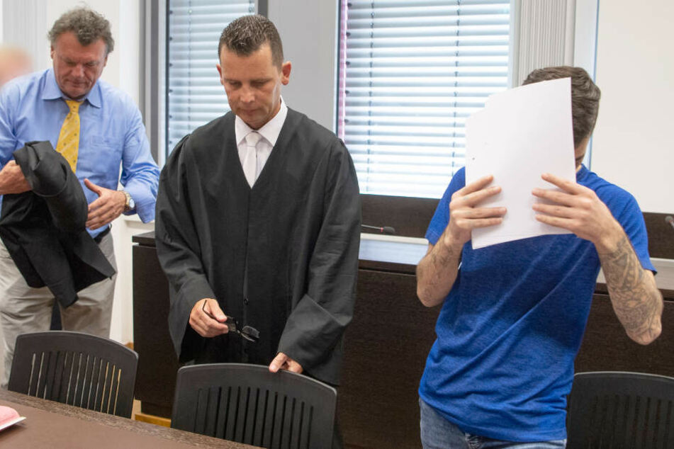 Ali B. verdeckt zu Beginn eines Gerichtstermins sein Gesicht vor den Kameras (Archivbild).