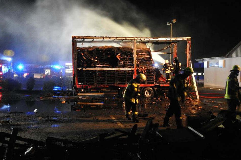Der voll beladene Lkw-Anhänger fing auf einem Supermarkt-Parkplatz plötzlich Feuer.