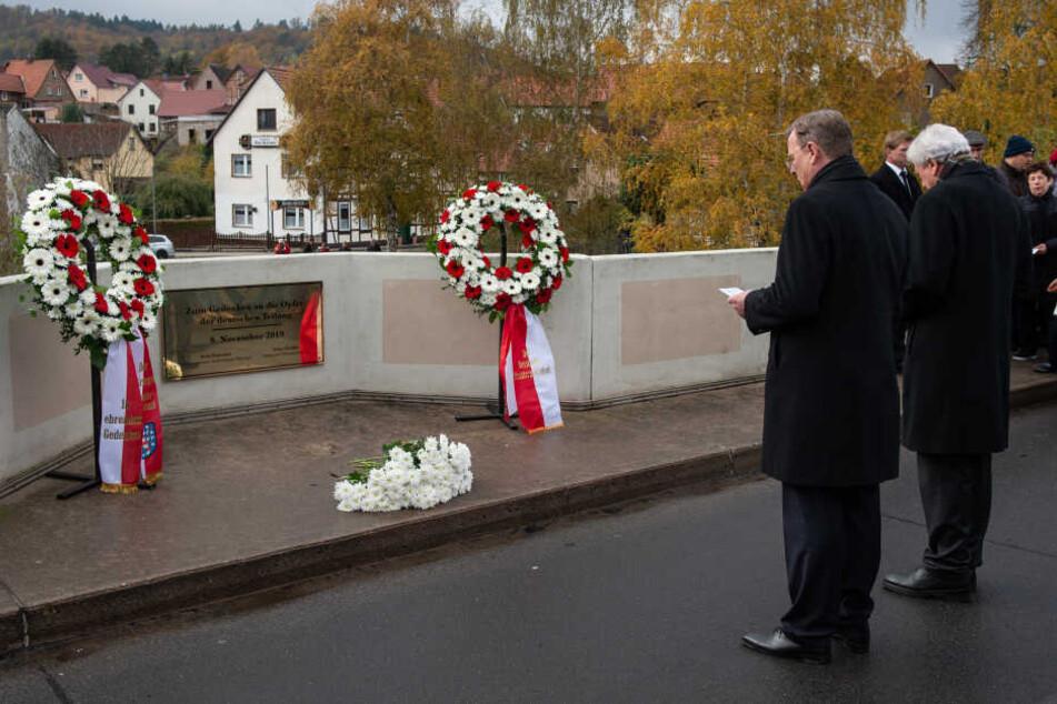 Der weiße Blumenstrauß überdeckte das neonfarbene Kreuz.