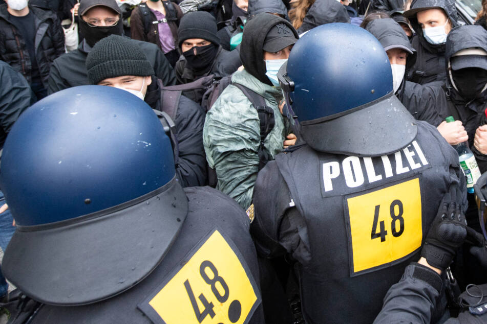 Es kam wiederholt zu Zusammenstößen zwischen Polizei und Gegendemonstranten.