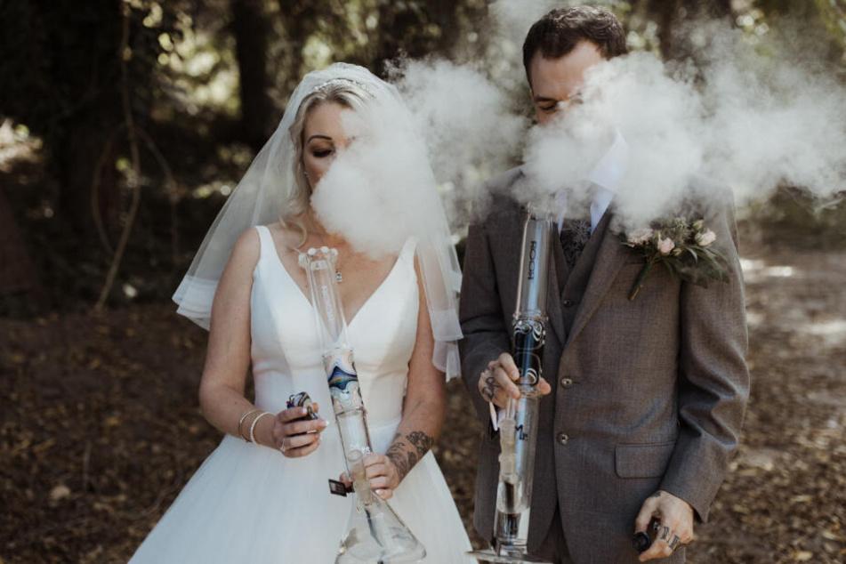Extra für ihre Hochzeit ließ sich das Brautpaar personalisierte Bongs anfertigen.