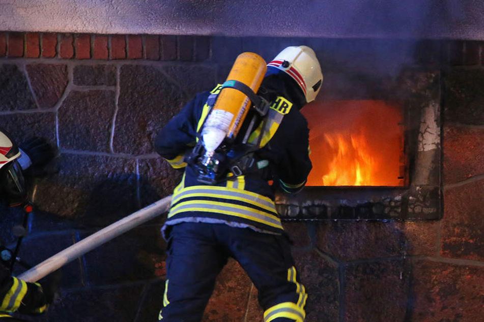 In dem Keller lodern die Flammen.