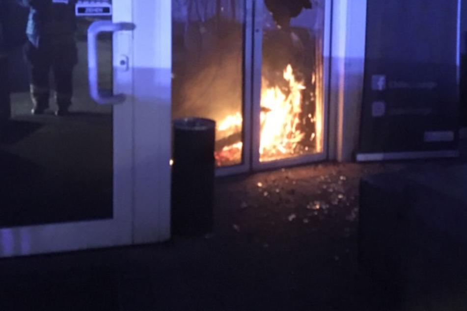 Eine Überwachungskamera hat die Brandstiftung des noch unbekannten Täters festgehalten.