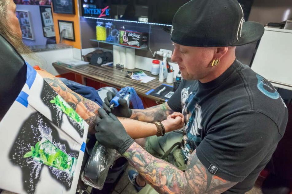 Star-Tätowierer Randy Engelhard (41) bei der Arbeit.