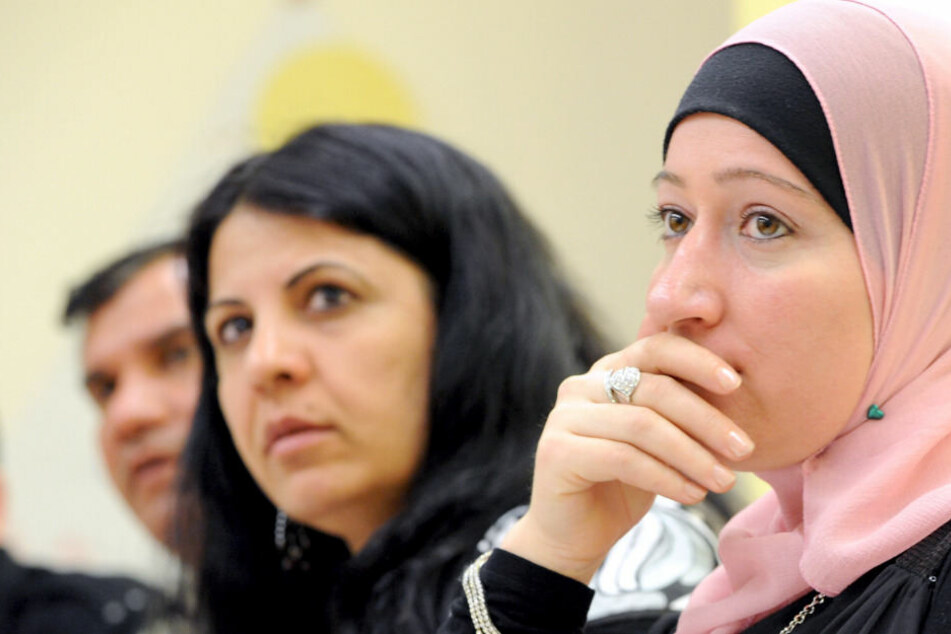 Zwei Türkinnen sitzen in einem Integrationskurs an einer Volkshochschule.