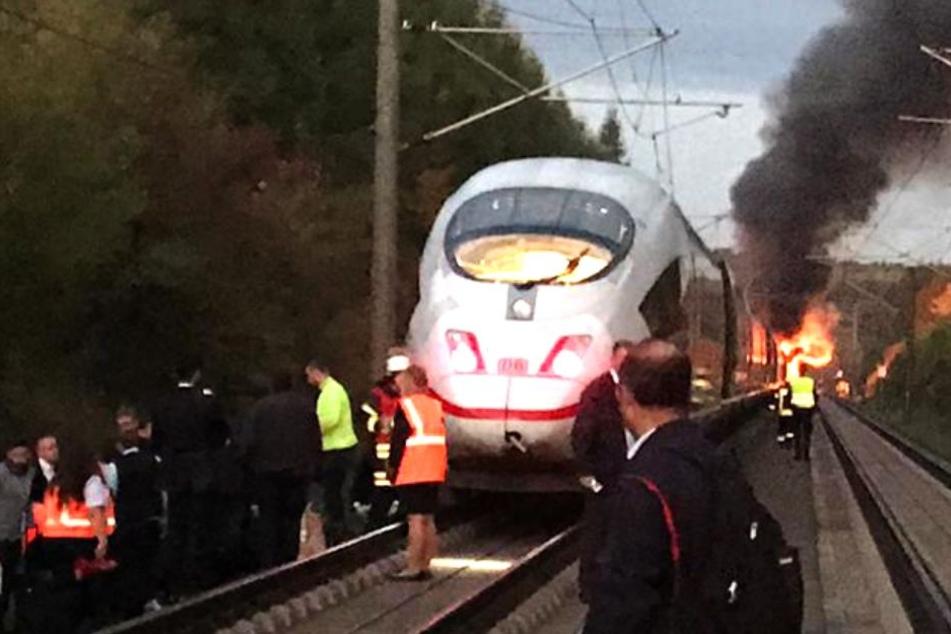 Krasse Bilder! ICE auf beliebter deutscher Strecke steht lichterloh in Flammen