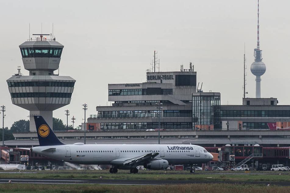 Eine Maschine der Lufthansa rollt am frühen Abend auf dem Flughafen Berlin-Tegel zu ihrer Parkposition.