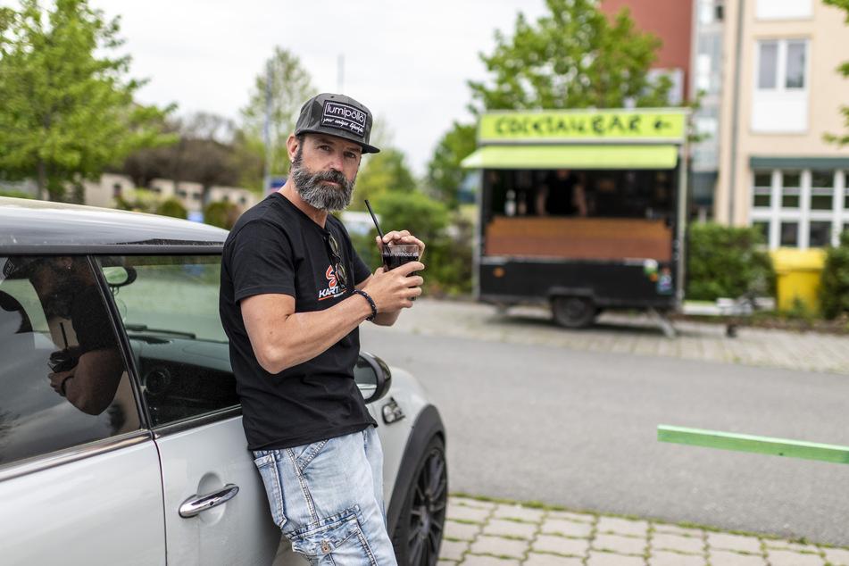 Sebastian Hayn (41) eröffnet am Donnerstag eine Auto-Cocktailbar auf einem Parkplatz an der Wildparkstraße.