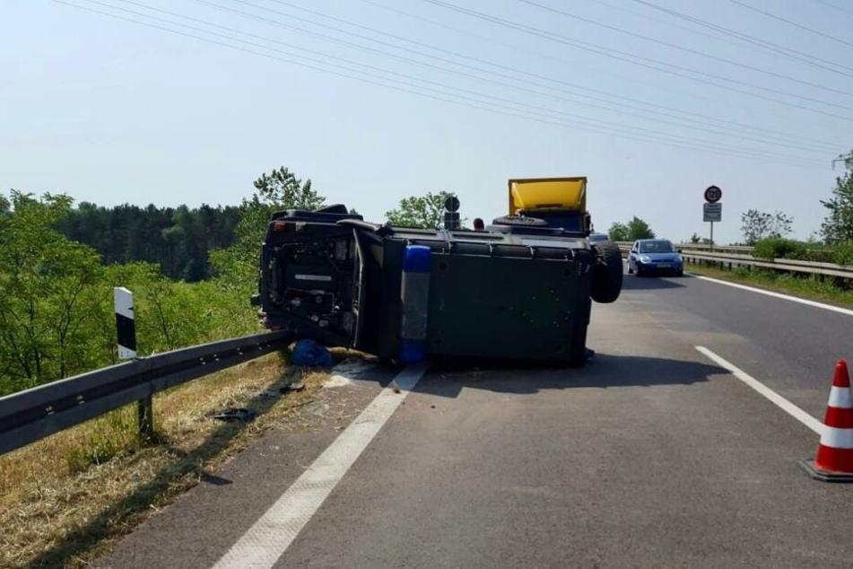 Ein Panzerwagen hat sich auf der A10 überschlagen.