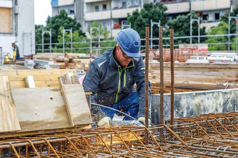 Stahlflechter Rico Müller (47) werkelt momentan fleißig auf dem Bau.