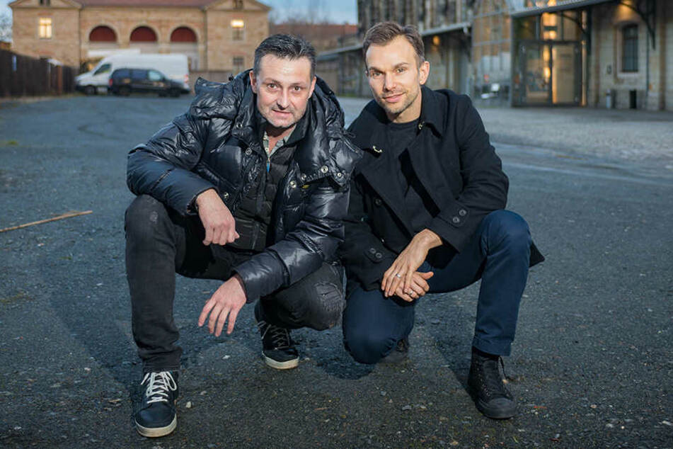 Rodney Aust (46) und sein Kollege Stefan Kästner (36) auf dem Platz vorm Alten Schlachthof. Eben dort sollen die Konzerte stattfinden.