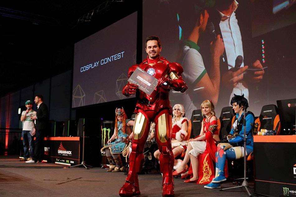 """Ironman in Siegerpose: Rocco Zschuppe (31) gewinnt den """"Cosplay""""-Wettbewerb auf dem Leipziger Computer-Festival """"DreamHack""""."""