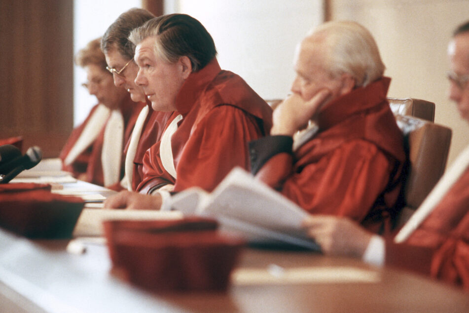 Der Erste Senat des Bundesverfassungsgerichtes 1983 mit Präsident Ernst Benda (M.) bei der Urteilsverkündung über das Volkszählungsgesetz, wonach die Volkszählung stattfinden kann, wenn eine Reihe von Auflagen zum Datenschutz erfüllt werden.