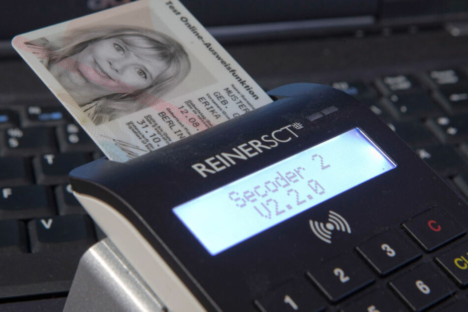 Wer einen neuen Personalausweis mit freigeschalteter ID-Funktion besitzt, kann ab Oktober digital zur Zulassungsstelle.