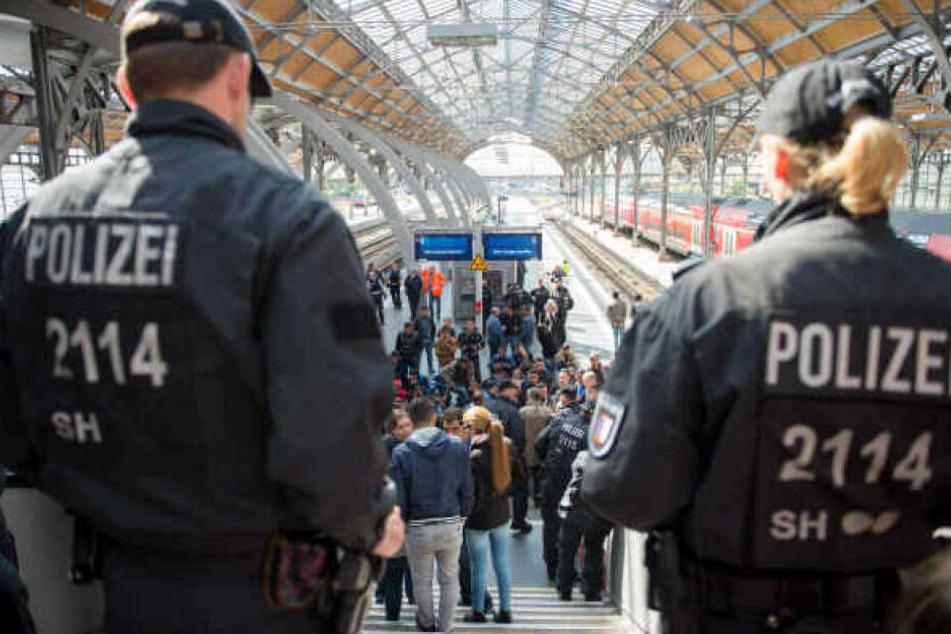 Beamte stehen am Lübecker Hauptbahnhof. (Archivbild)