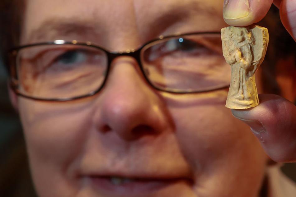 Marlies Peters vom Museumsshop zeigt, wie der Engel in nah aussieht.