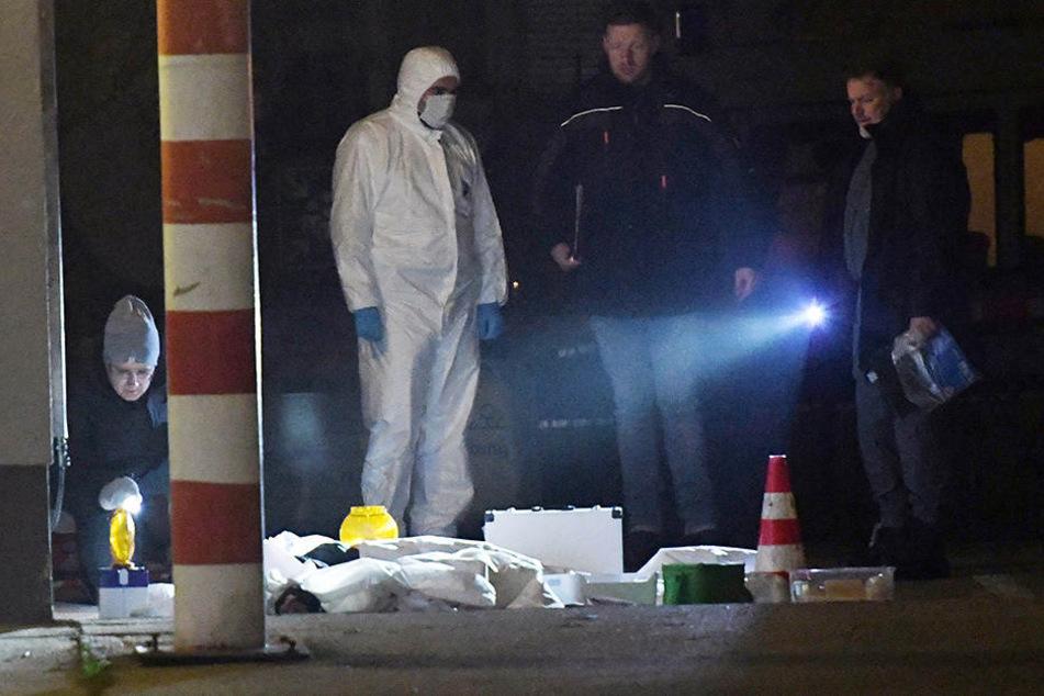 Polizisten untersuchen den Fundort.