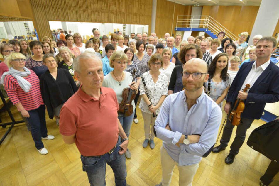 Stuhl vor die Tür gestellt: Andreas Grohmann (62) Künstlerischer Leiter des Sinfonieorchester (li.) und Andreas Pabst (38), Chef der Singakademie, müssen sich mit ihren Mitstreitern neue Räume suchen.