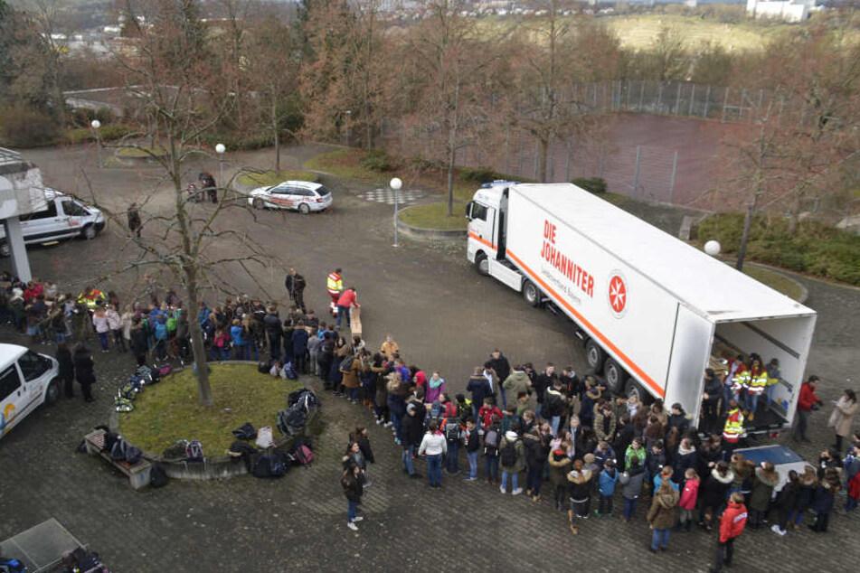 Eine riesige Menschenkette aus Kindern hatte sich zum Lkw gebildet.