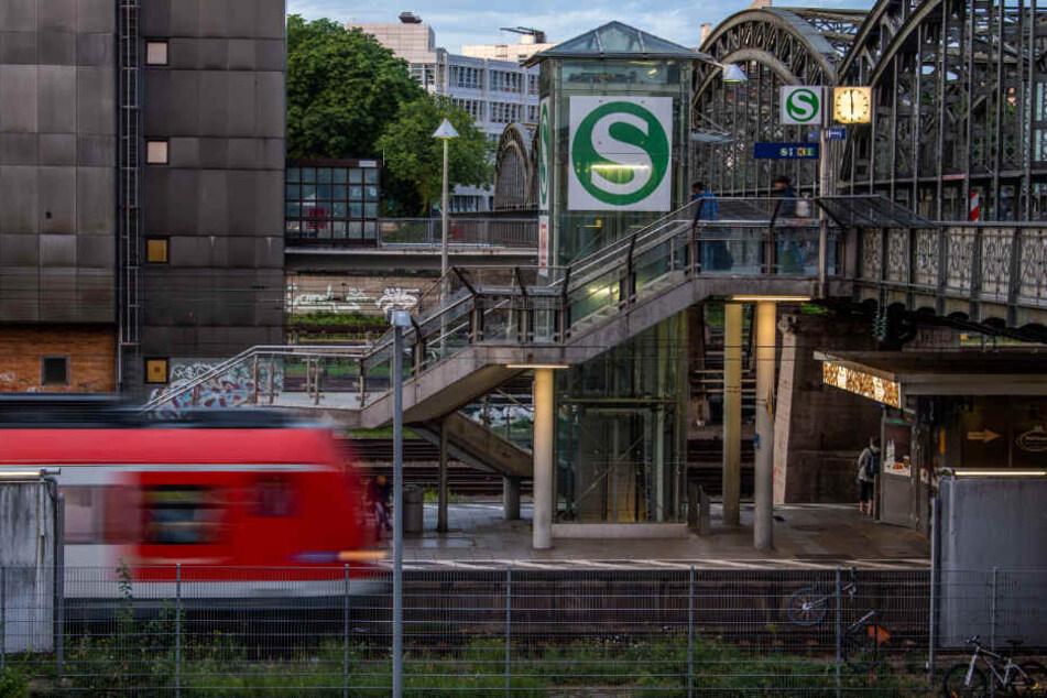Eine S-Bahn fährt in die Station Hackerbrücke ein.