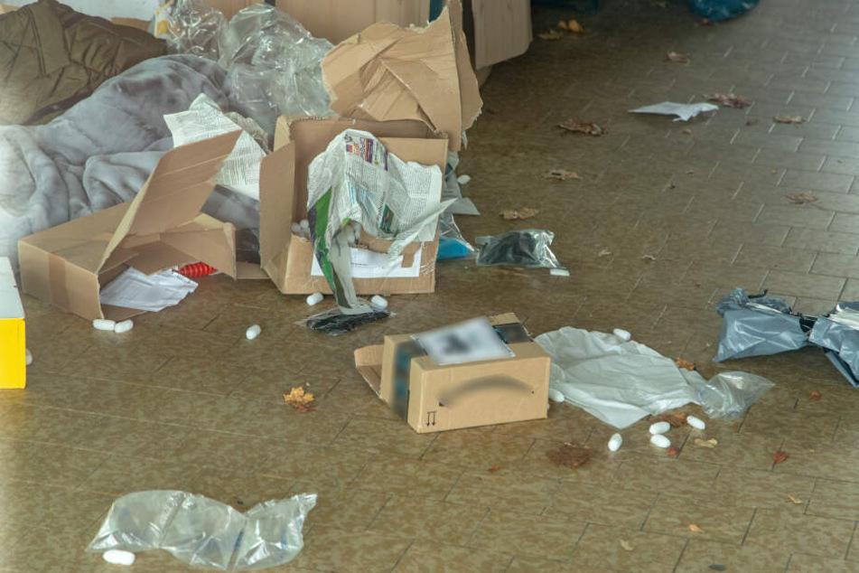 Die Täter rissen die Pakete auf, flüchteten anschließend mit dem Firmentransporter.