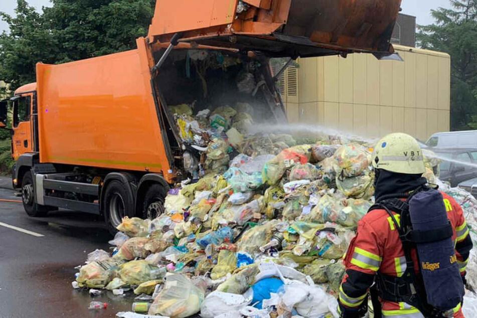 Der Mülllaster kippte die gelben Säcke komplett auf die Straße.