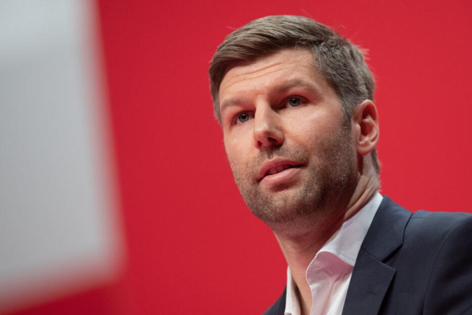 Thomas Hitzlsperger (Foto) gab an, dass zwischen ihm und Tim Walter unterschiedliche Ansichten über die Entwicklung des Kaders bestanden.