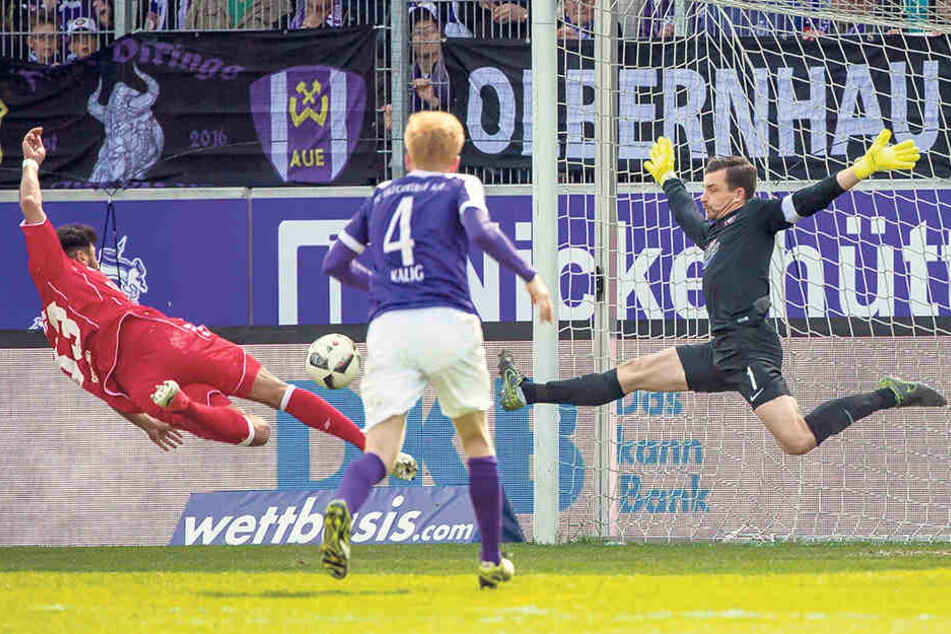 Als Keeper Martin Männel (r.), der hier gegen den Würzburger Elia Soriano rettete, nach seiner Verletzung ins Tor zurückkehrte, hatte die Auer Abwehr wieder den erforderlichen sicheren Rückhalt.