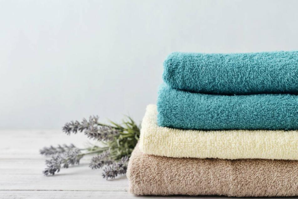 Über Handtücher können die Keime aus der Waschmaschine an den Menschen gelangen. (Symbolbild)