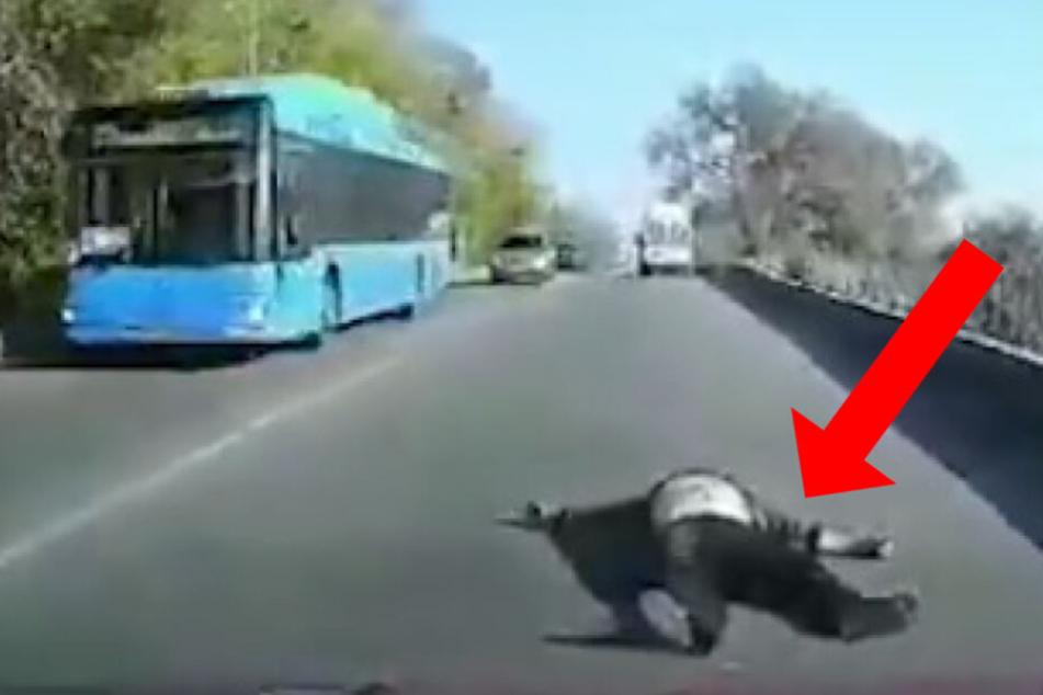 Patient fliegt aus Krankenwagen und knallt auf die Straße!