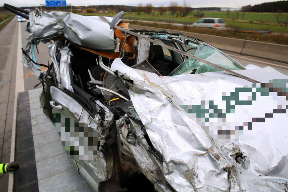 Bei diesem Unfall auf der A9 konnte sich der Fahrer noch aus eigener Kraft aus dem Wrack befreien.