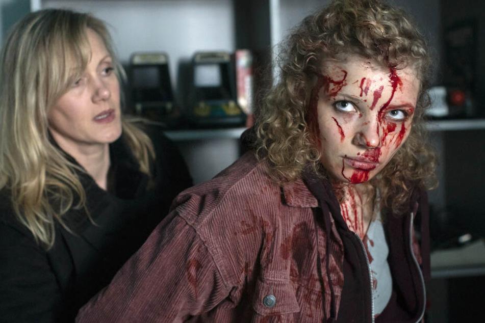 Am Tatort wird Evelyn Kohnai (Luisa-Céline Gaffron, r) blutverschmiert von Kommissarin Martina Bönisch (Anna Schudt, l) festgenommen.