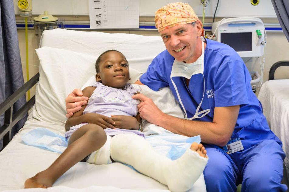Johannes Kolbe mit einem Kind nach einer Operation.