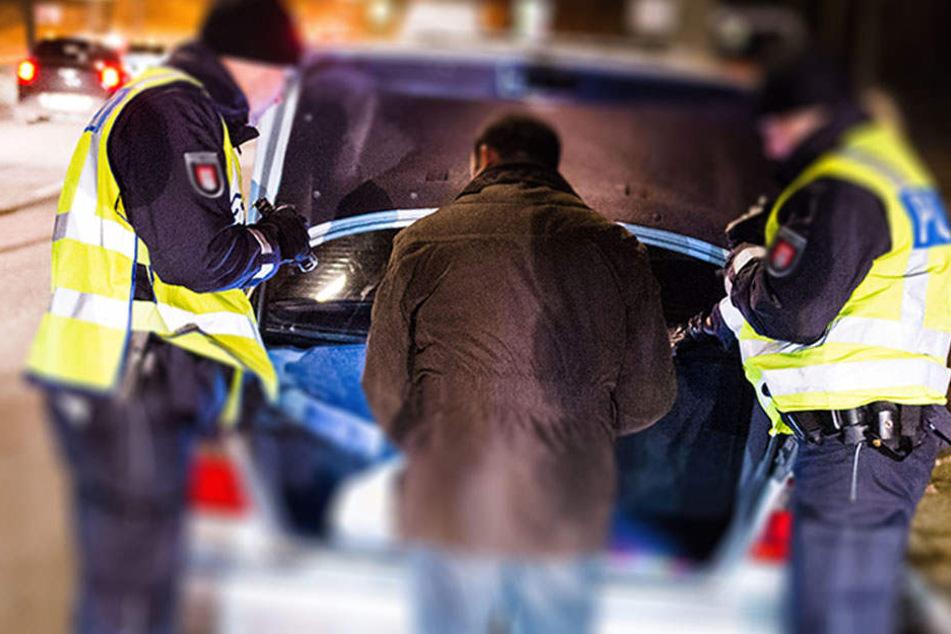 Nicht genug: Die Polizisten finden im Kofferraum auch noch ein Kennzeichenschild, dass als gestohlen gemeldet wurde. (Symbolbild)