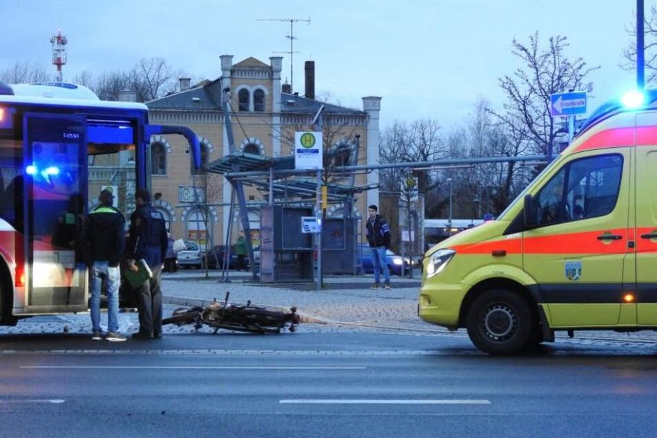 Beim Linksabbiegen hat ein Busfahrer offenbar ein entgegenkommendes Moped übersehen, es kam zum Frontalcrash.