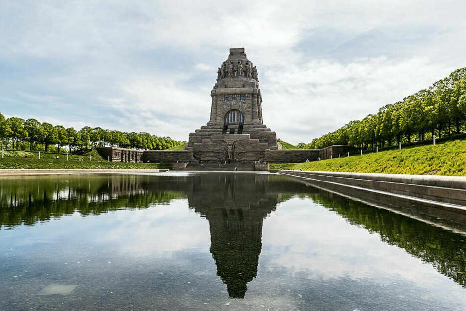 In majestätischer Größe spiegelt sich das Völkerschlachtdenkmal im sanierten Wasserbecken.