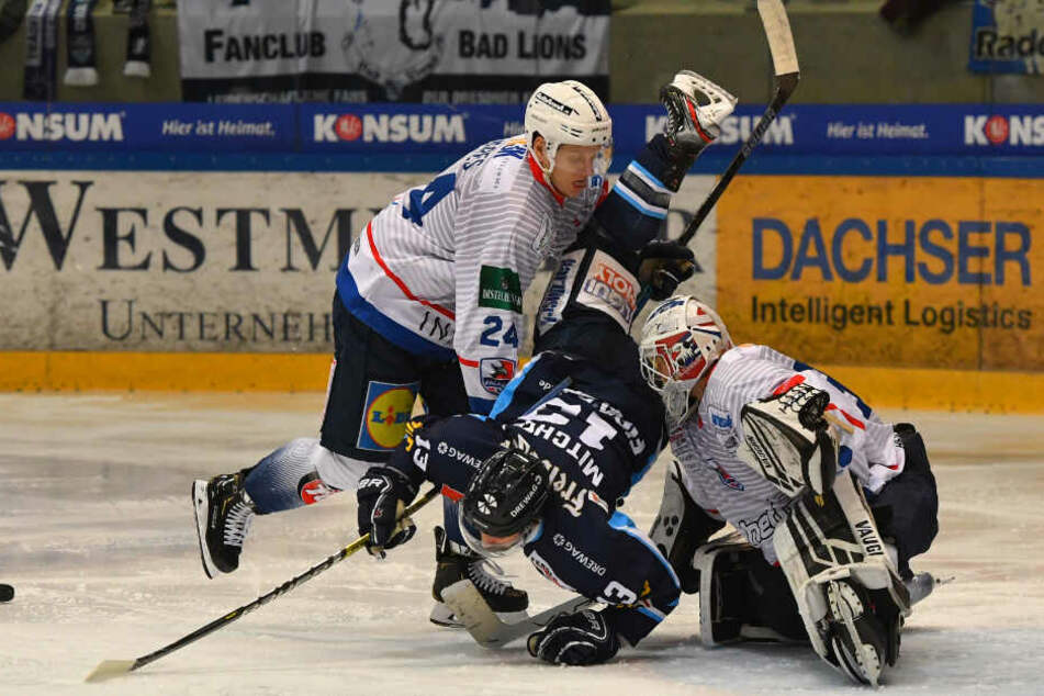Bezeichnende Szene. Die Eislöwen legen gegen Heilbronn wie hier Dale Mitchell (M.) eine Bruchlandung hin. (Archivbild)