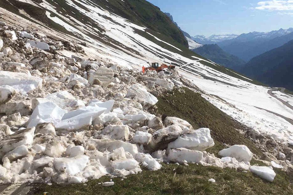 Bagger beseitigen am Klausenpass die Schneemassen, die die Lawine hinterlassen hat.