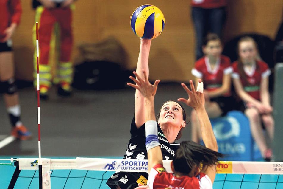 Duell der Topscorerinnen: Dresdens Liz McMahon (17 Punkte) greift gegen die Potsdamerin Roslandy Acosta Alvarado (20 Zähler) an.