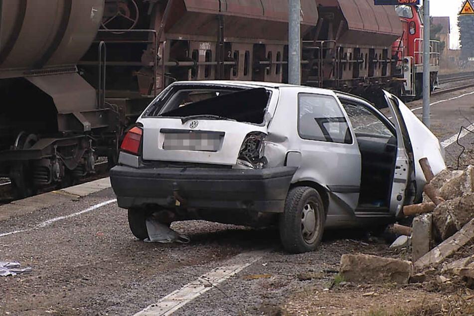 Am Dienstag wurde ein VW Polo von einem Güterzug erfasst.