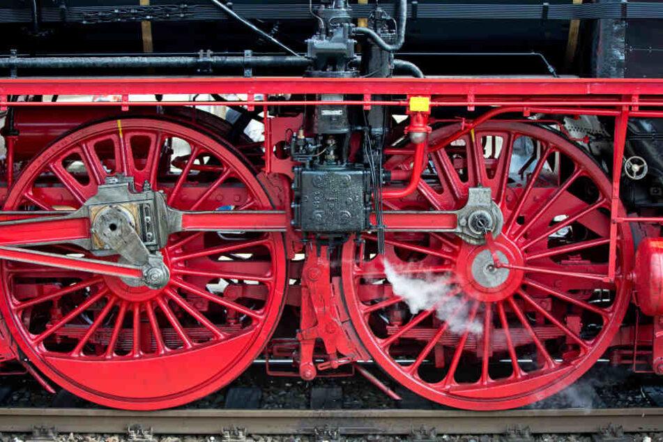 """Die restaurierte Dampflok """"01 150"""" im Nürnberger Hauptbahnhof."""