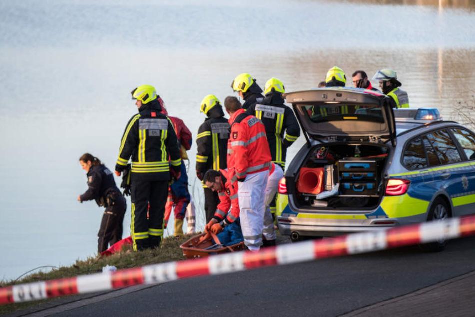 Rettungskräfte von Polizei und Feuerwehr konnten nur noch den Tod des Mannes feststellen. (Symbolbild)
