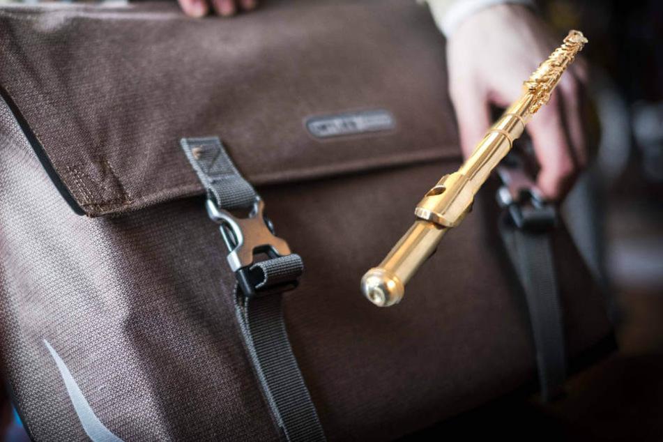 Eine 42-jährige Dresdnerin wollte nur ihr Fahrrad aus dem Keller holen, als sie zurückkam war ihre Tasche mit einer 30.000 Euro teuren Flöte verschwunden (Symbolbild).