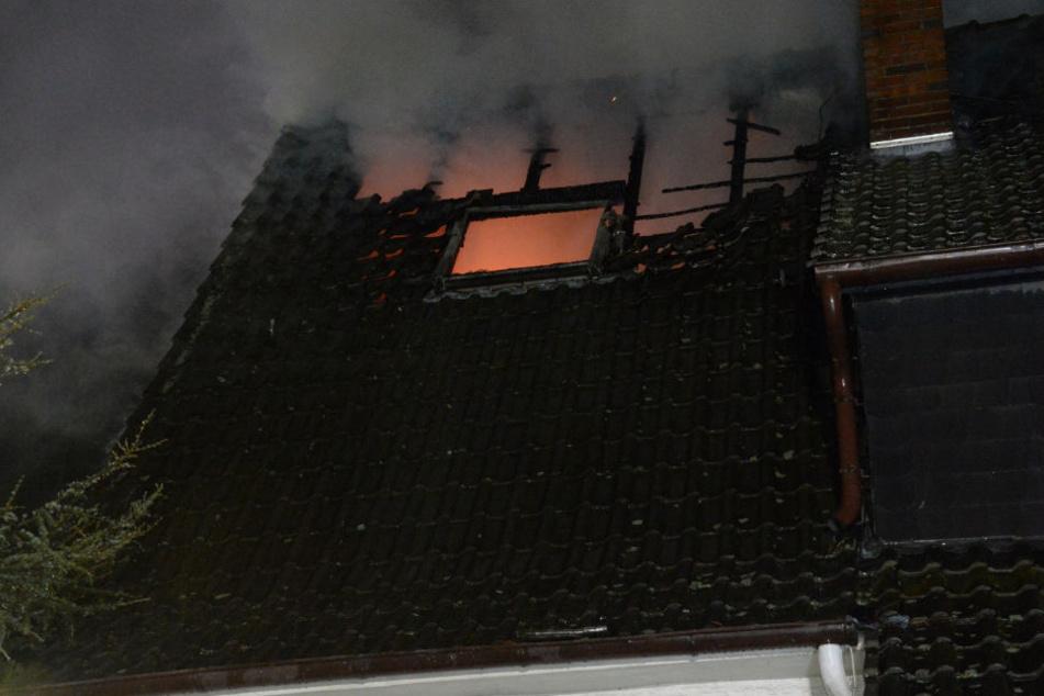 Das Haus brannte lichterloh, als die Einsatzkräfte ankamen.