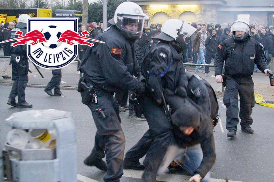 Der Screenshot aus einem Video zeigt, wie ein Dortmunder Fan von Polizisten auf dem Weg zum Stadion vorläufig festgenommen wird.