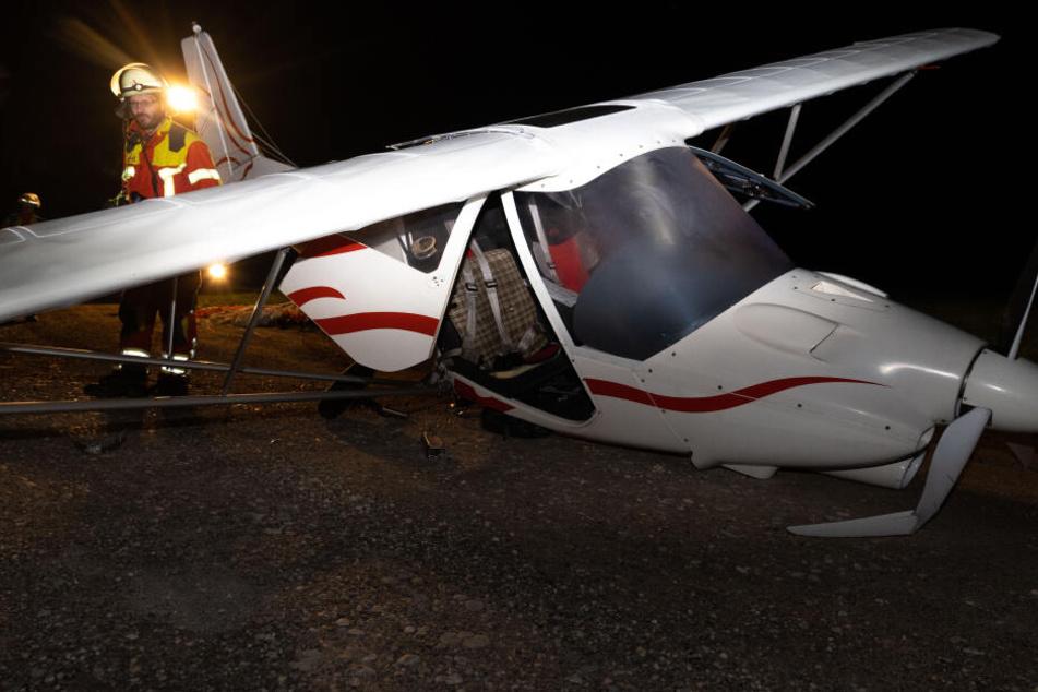 Kein Sprit mehr: Sportflugzeug stürzt ab und kracht auf Feldweg