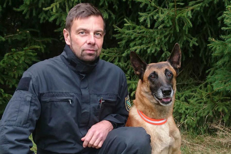 Polizeihauptmeister Gerd Reichel (46) mit Jasper (8)
