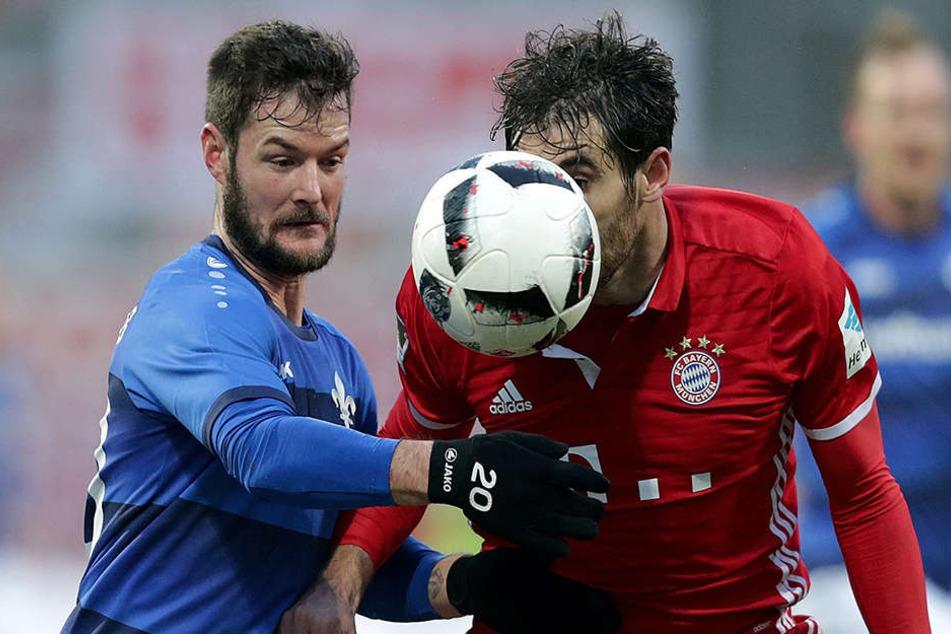 Marcel Heller (l.) im Zweikampf mit Bayern Javi Martinez.